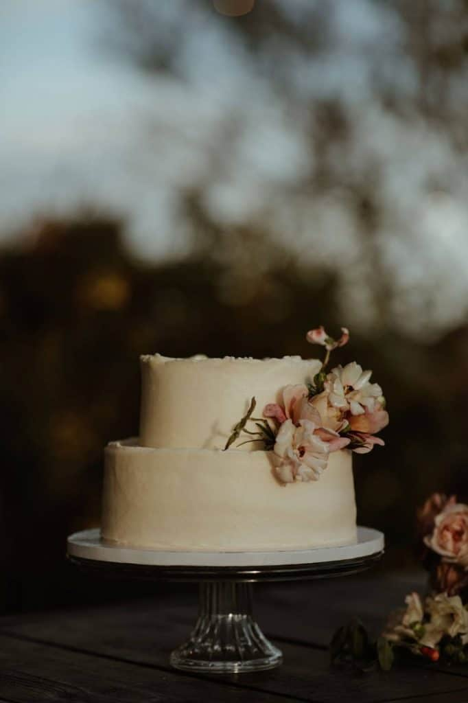 A modern and clean wedding cake design for a wedding in Joshua Tree, California