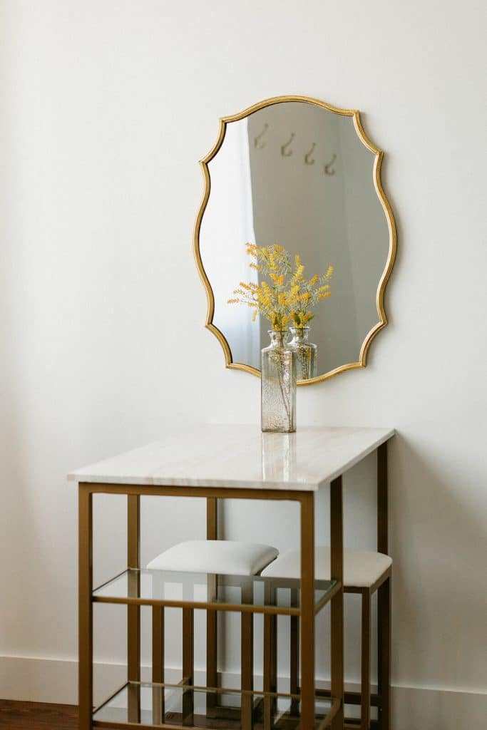 Vintage mirror in bridal suite at 14tenn